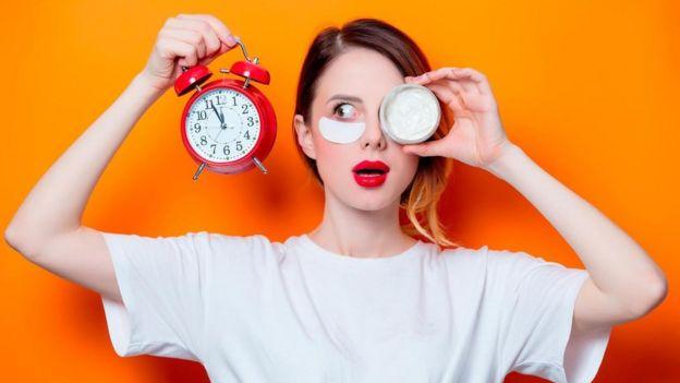 Mujer observando el tiempo.