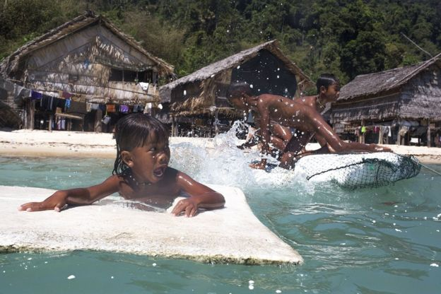 แต่เด็ก ๆ ชนเผ่ามอแกน มีความสามารถพิเศษในการมองเห็นใต้ท้องทะเลด้วยตาเปล่าได้อย่างชัดเจน