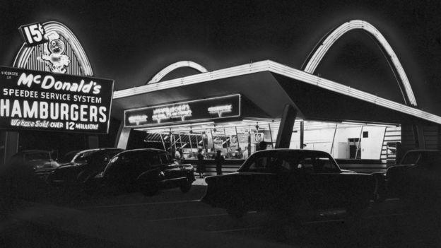 Una réplica del primer McDonald's