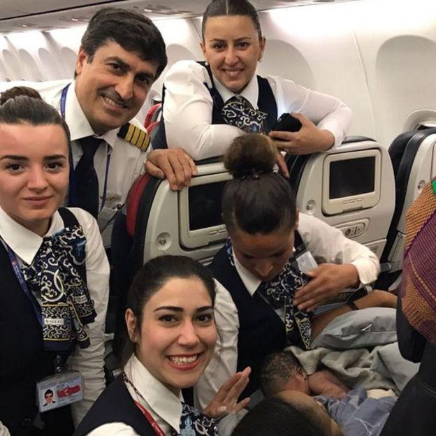 Shaqaalaha shirkadda diyaaradda ee TuTurkish Airlines ayaa lagu ammaanay sida degan ee ay uga jawaabeen caawinta gabadhan sida degdega ah ku dhalatay
