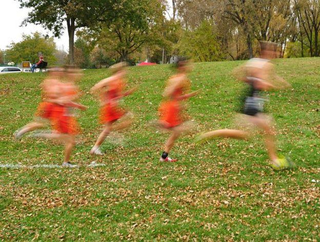 Jóvenes corriendo en una prueba campo traviesa.