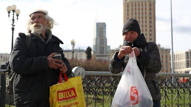 бездомные мужчина и женщина