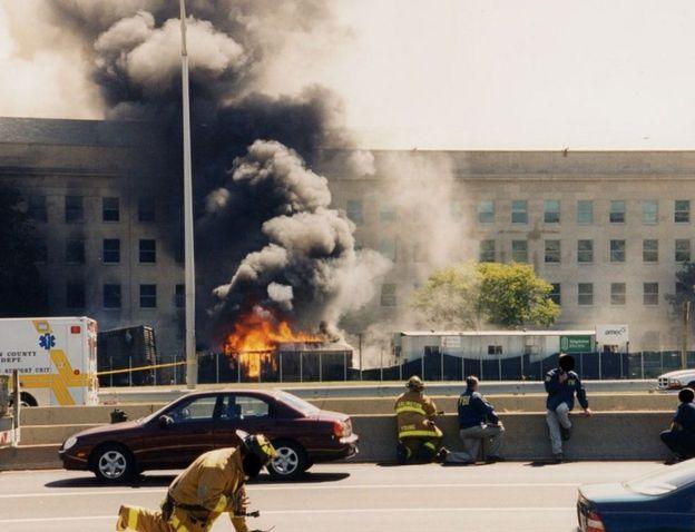رجال الطفاء يحاولون اطفاء النيران المشتعلة في موقع اصطدام الطائرة