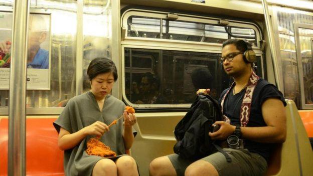 Una mujer teje en el metro.