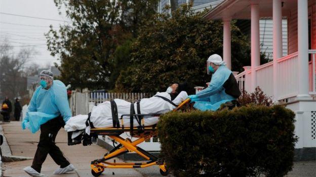Equipe de emergência leva paciente de covid-19 em Boston