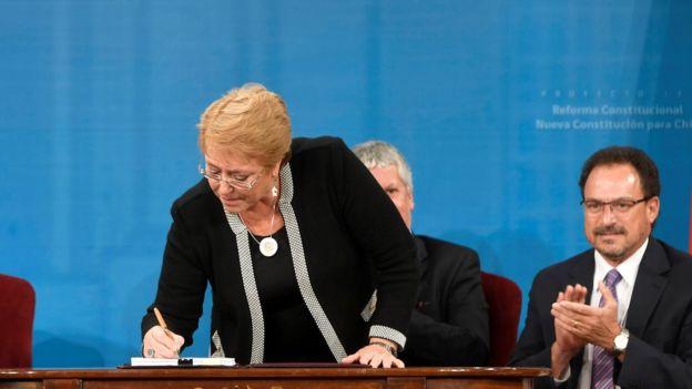 Bachelet firma el nuevo proyecto de Constitución.