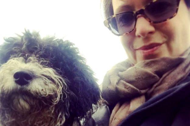 Mariann Hardey con su perro