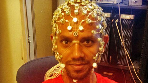 Hombre con electrodos en la cabeza.