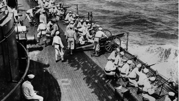 La marina estadounidense dispara sus armas desde un barco que sale de Veracruz durante la intervención de los Estados Unidos en la Revolución Mexicana.