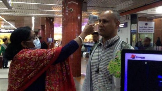 ঢাকার শাহজালাল আন্তর্জাতিক বিমানবন্দরে হ্যান্ডহেল্ড স্ক্যানার দিয়ে যাত্রী স্ক্রিনিং করা হচ্ছে