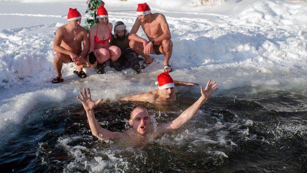 Мужчины купаются в проруби