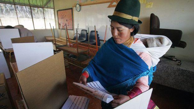 Mujer indígena votando en Ecuador en 2007