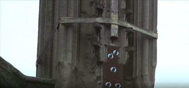 Braçadeira de emergência reforça agulha (estrutura mais alta da igreja), em imagem registrada pela BBC News em reportagem de 5 de março de 2018