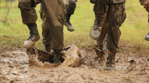 Soldados marchando na lama