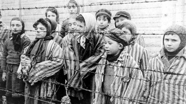 Niños sobrevivientes del campo de concentración de Auschwitz