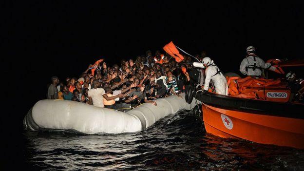 Migantes siendo rescatados