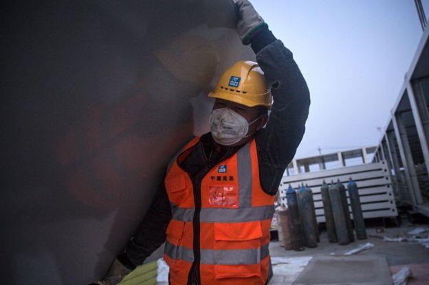 Trabajador de la construcción en Wuhan, China.