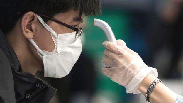 Médicos tiram temperatura