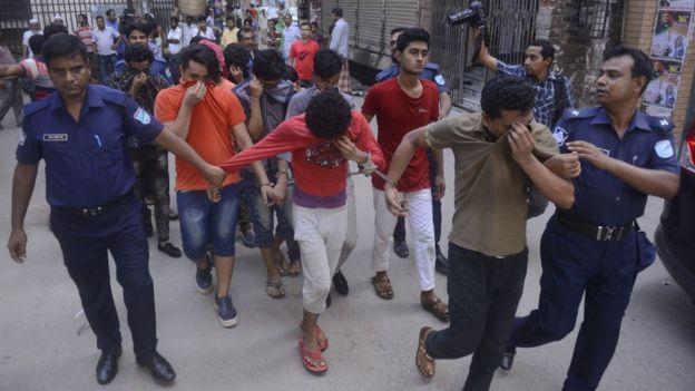 Jóvenes arrestados en Bangladés acusados de pertenecer a la comunidad LGBT.