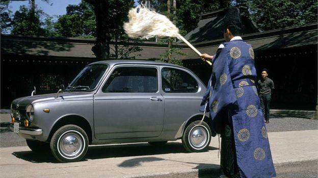 Rahipler arabaları arındırıyor.