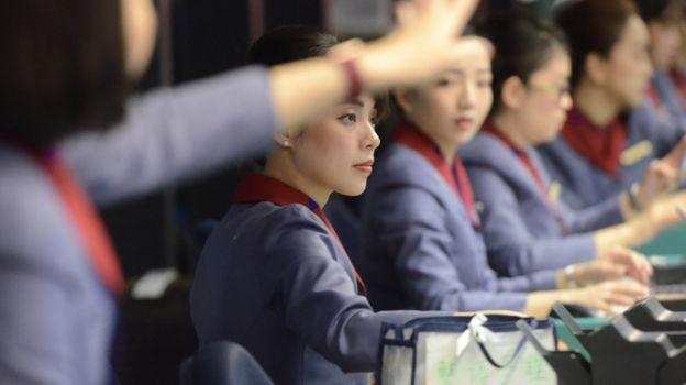 台湾桃园国际机场华航值机柜上的华航地勤人员(台湾中央社图片8/2/2019)
