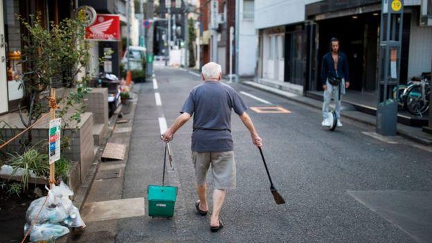 Mahallesini temizleyen bir Japon.
