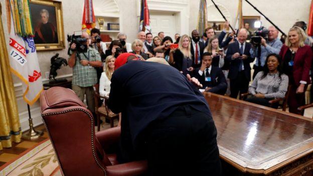 Kanye West abrazando a Donald Trump en la Oficina Oval.