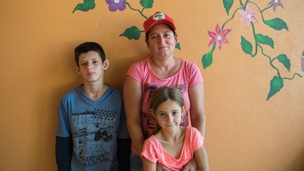 Nilce de Oliveira, de 40 anos, com os filhos Ingrid, 7, e Michael, 13