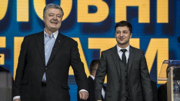 Ukrainian President Petro Poroshenko (L) and his electoral opponent Volodymyr Zelensky