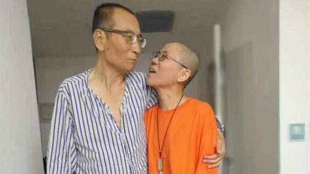 Çin merkezli aktivist Ye Du'nun twitter hesabıyla yayınlanan tarihsiz bir elden fotoğrafı, Çinli muhalif Liu Xiaobo (L) ile karısı Liu Xia'yı açıklanmayan bir yerde gösteriyor.