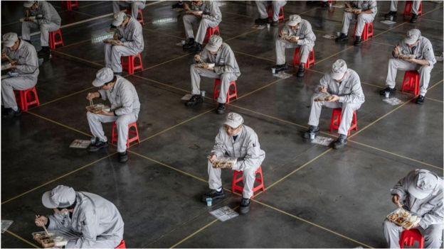 复工之后,中国的范思哲腰带工厂也不得不采取严格措施防止疫情传染。