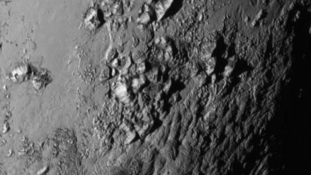Montañas heladas de Plutón en una imagen captada por New Horizons.