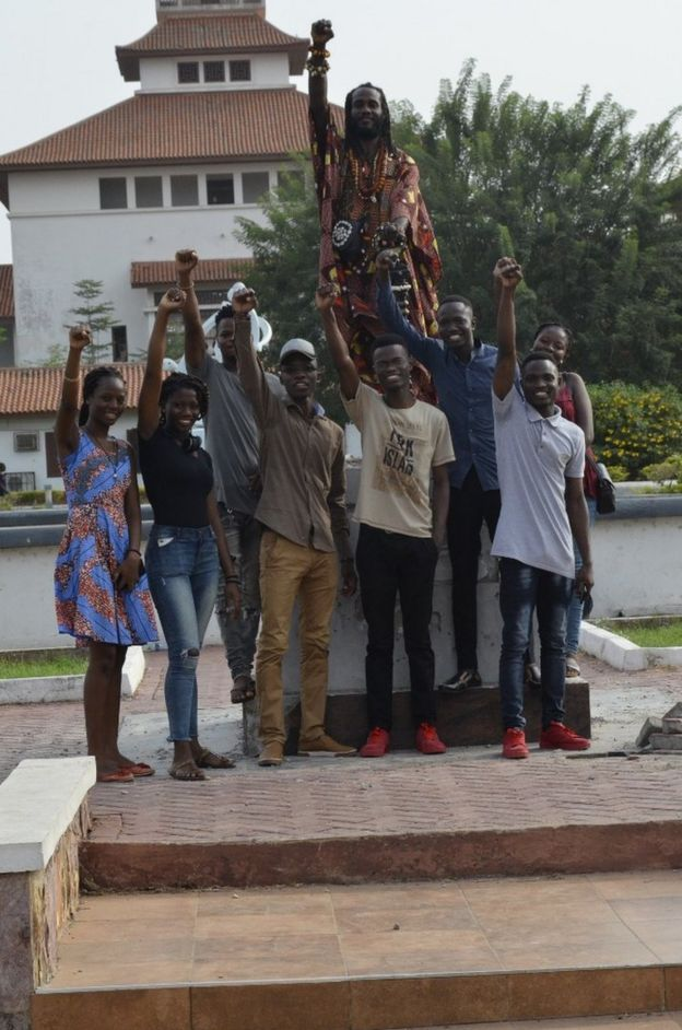Lecturers and students at the University of Ghana pose in celebration after statue is removed (12 December 2018)