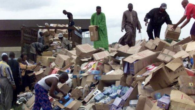 Funcionarios descargan cajas de fármacos falsos para su destrucción en Lagos, Nigeria