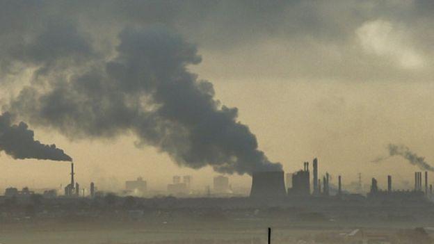Imagem de fábricas soltando fumaça