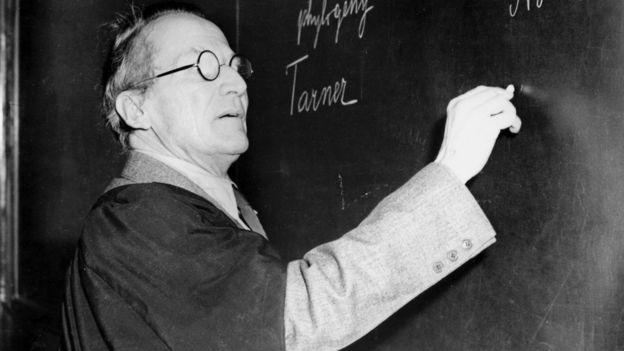 Schrödinger dictando una clase circa 1950.