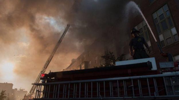 Cerca de 130 pessoas foram retiradas do edifício devido ao incêndio