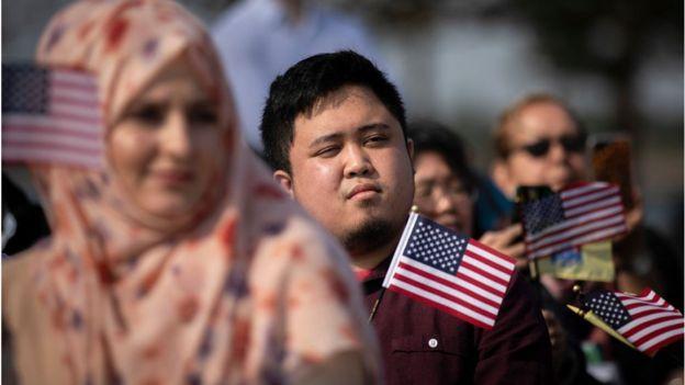 Nuevos ciudadanos estadounidenses en una ceremonia de nacionalización.