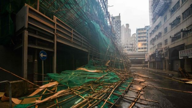 颱風吹襲香港期間,有用竹枝搭建而成的築棚倒塌。