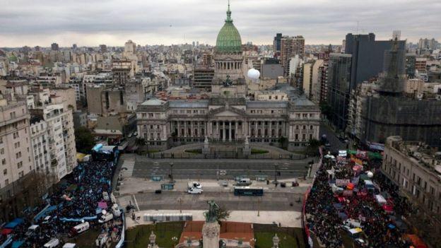Imagen del Congreso, el día del debate, con manifestantes de ambos bandos.