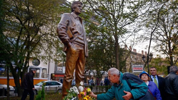 Estatua en honor de Georgi Markov en Sofía.