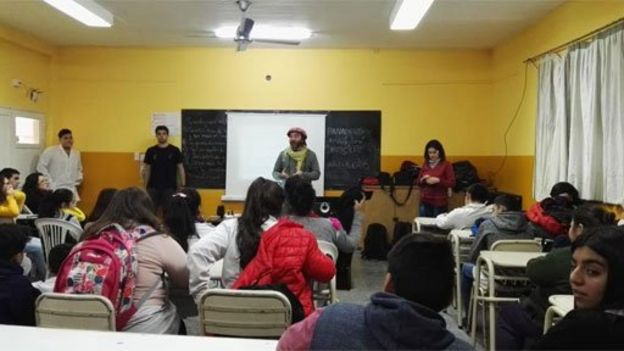Sarasola y colegas en una escuela