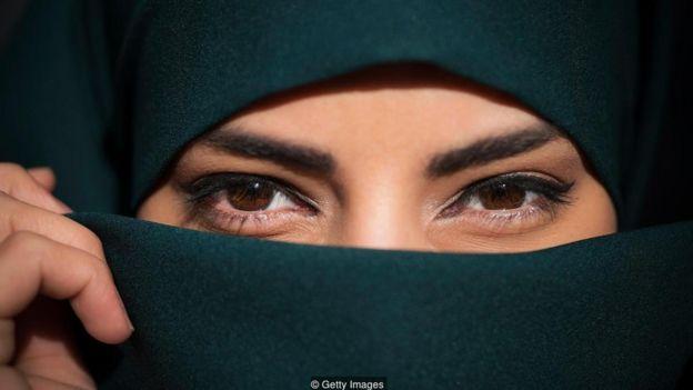 Mulher com rosto coberto por véu