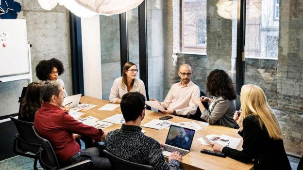 مجموعة من الموظفين في غرفة للاجتماعات
