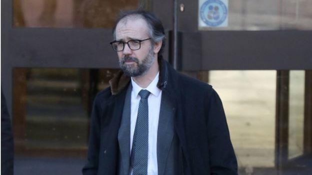 Neil Murray saindo do tribunal