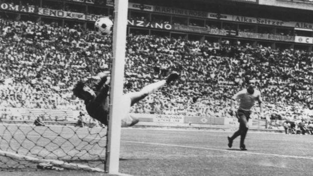 La espectacular estirada de Banks para desviar el cabezazo de Pelé.
