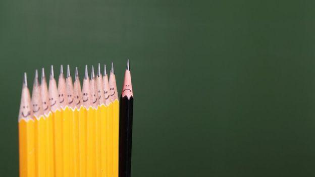 Lápices iguales y uno diferente.