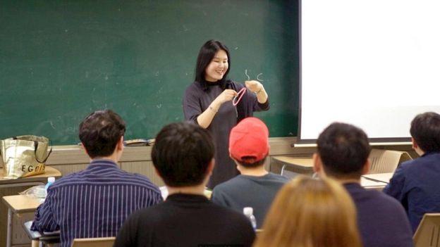... con mayor porciento de universitarios del mundo. La profesora Eun-Joo  Lee durante la clase. 795dc385ab70a
