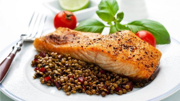 Prato com salmão e lentilhas
