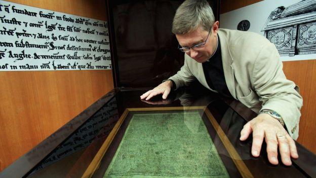 Britaniya kitabxanasında Magna Carta-nın sürəti.